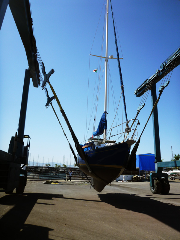 La Cruz Shipyard - 150 ton Travelift - Hauling sailboat in Puerto Vallarta